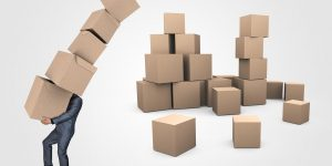 Mann mit vielen Kisten